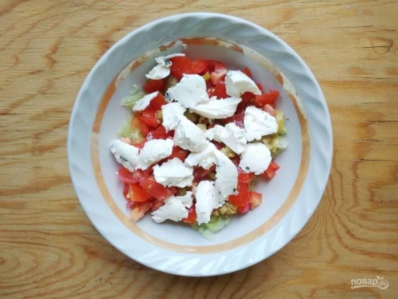 7. Все овощи перемешайте с заправкой и сыром.