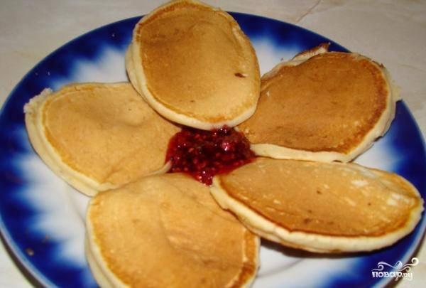 Выпекайте оладьи до румяного цвета с обеих сторон без масла. Вкусного вам завтрака!