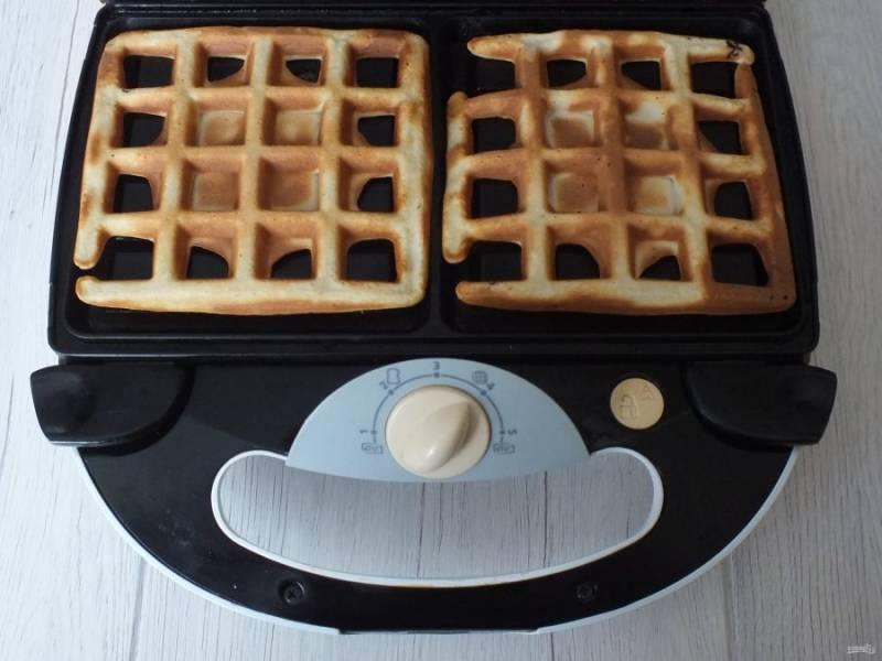 Готовые вафли снимите с вафельницы.