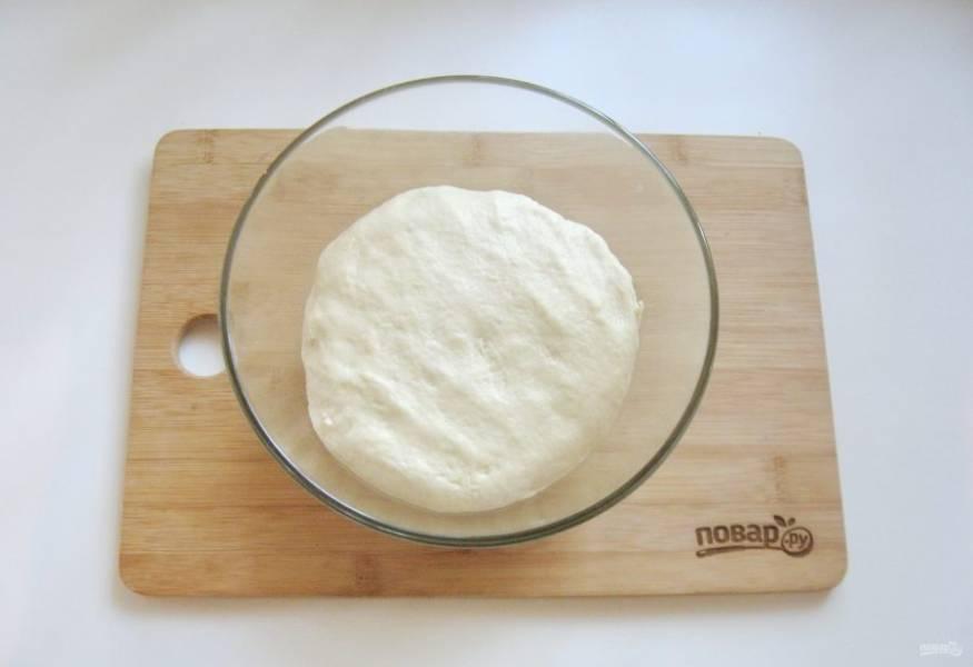 Из чаши миксера я переложила тесто в меньшую емкость и поставила в теплое место.