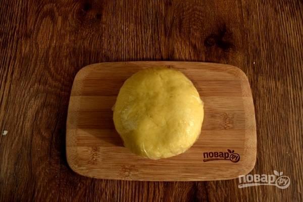 Холодное масло перетрите с мукой с помощью кухонного комбайна или блендера. Взбейте яйцо и 1 ст.л. сметаны (я заменяю её на домашнюю ряженку), добавьте в муку, посолите и замесите мягкое тесто, которое не липнет к рукам. Заверните его в пищевую пленку и оставьте в холодильнике на 30 минут.