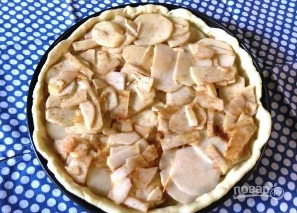 4.Выложите слой яблок, затем залейте кремом, затем — снова слой яблок и крем, так сделайте несколько раз.