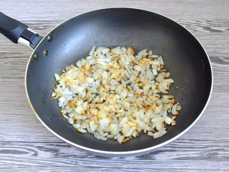 Для приготовления соуса, в растительном масле обжарьте мелко нарезанную луковицу до готовности.