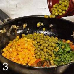 Петрушку вымыть и измельчить. Положить в сотеиник горошек, кукурузу и петрушку. Приправить по вкусу солью и перцем. Прогреть 2-3 мин. и остудить.