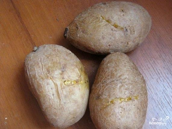1.Приготовьте все необходимые продукты. Подготовьте картофель и отварите в кожуре до готового состояния.