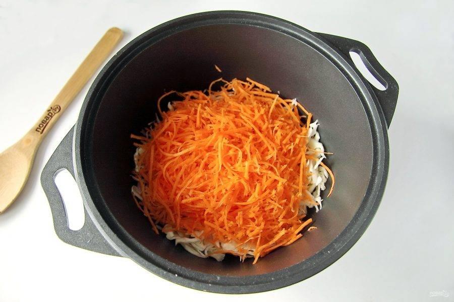 Морковь натрите на корейской терке или нарежьте соломкой.