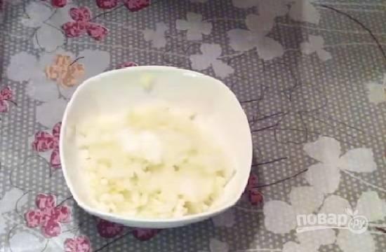 В первую очередь мелко нарежем лук. Затем добавим к нему сахар и уксус, перемешаем и оставим, пусть маринуется минут 10-15.