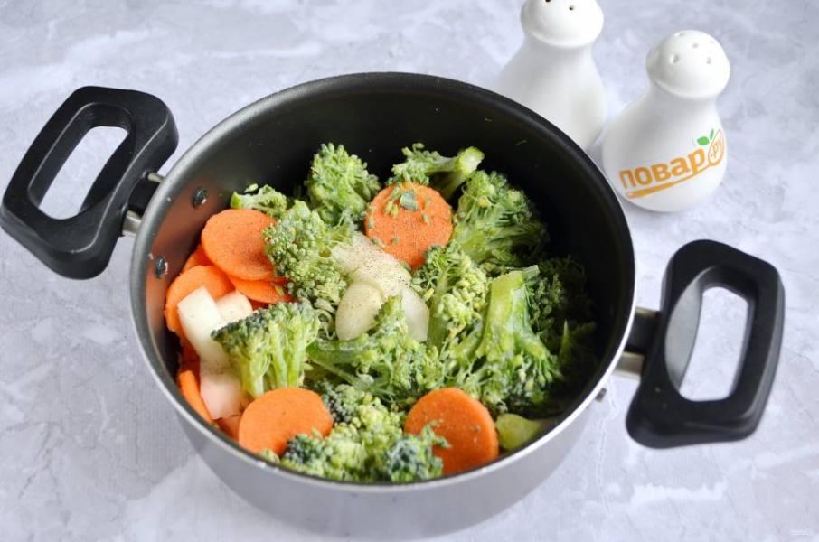 2. Сложите в кастрюлю порезанные овощи, добавьте соль, перец, бульон. Доведите до кипения, уменьшите огонь и варите до мягкости капусты, примерно 10-15 минут.