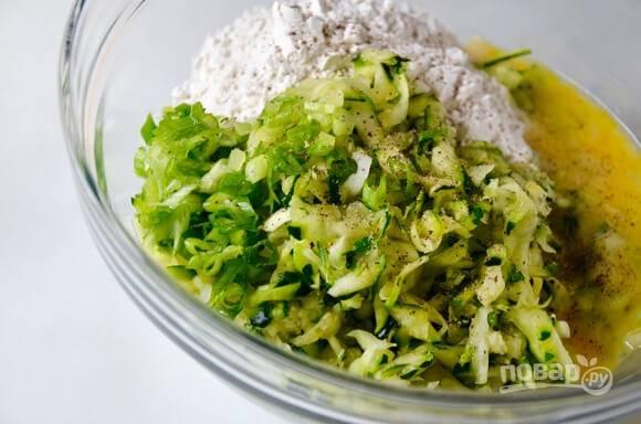 2.Переложите кабачки в миску, добавьте муку, яйца и измельченный зеленый лук, перемешайте.