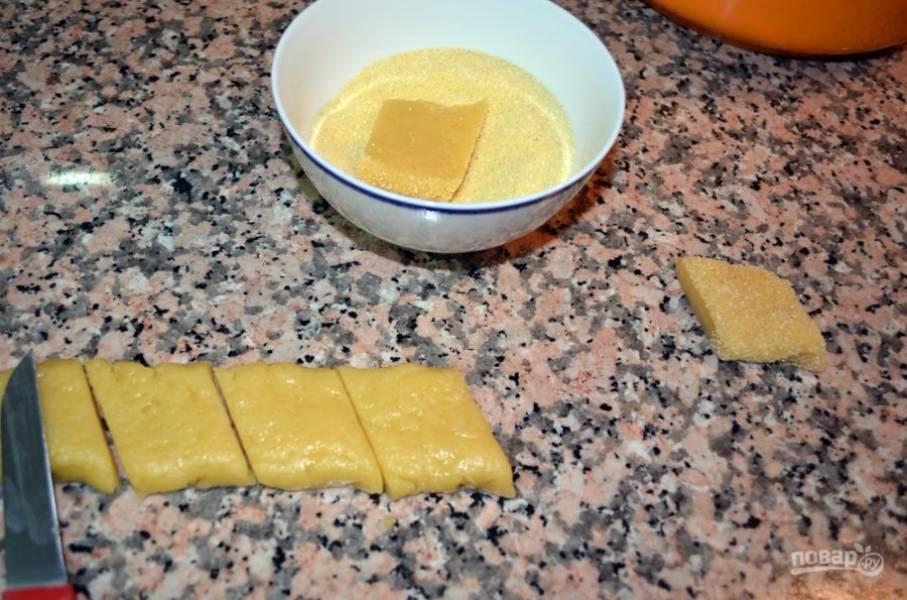 2.Раскатайте тесто в пласт и с помощью ножа разрежьте кусочками. В отдельную миску насыпьте 1 стакан сахара, каждый кусочек обмакните в сахарный песок с одной стороны.