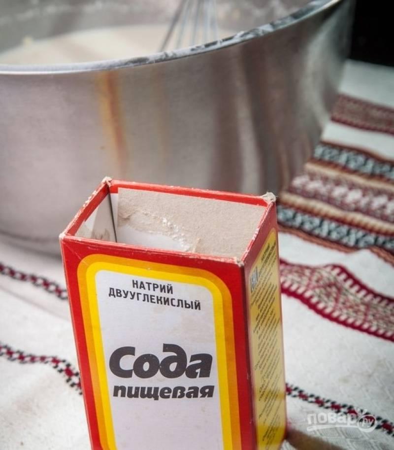 4. Соду добавляем в самом конце, хорошо все перемешиваем. Теперь наше тесто нужно оставить минут на 20 в теплом месте.