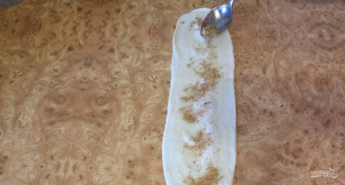 Каждую заготовку смажьте растительным маслом, равномерно посыпьте белым сахарным песком и натуральным тростниковым сахаром. Сложите заготовку пополам вдоль длинны и закрепите край вилкой.
