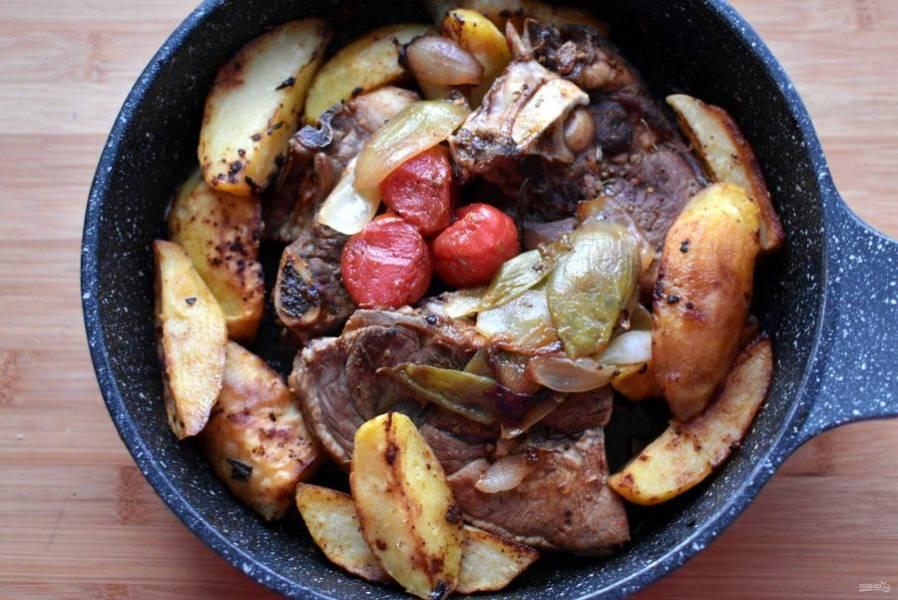 Верните овощи к мясу, досолите по вкусу, аккуратно перемешайте, прогрейте вместе минут 5. Выключите нагрев, накройте мясо фольгой и дайте постоять минут 20 в теплом месте.
