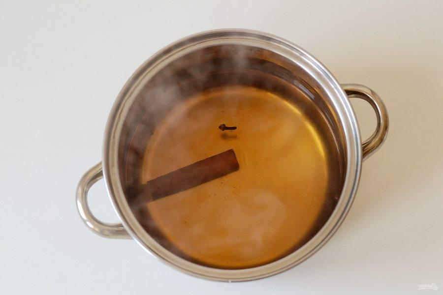 Добавьте корицу, гвоздику и сахар. Убавьте огонь и проварите его 5 минут.