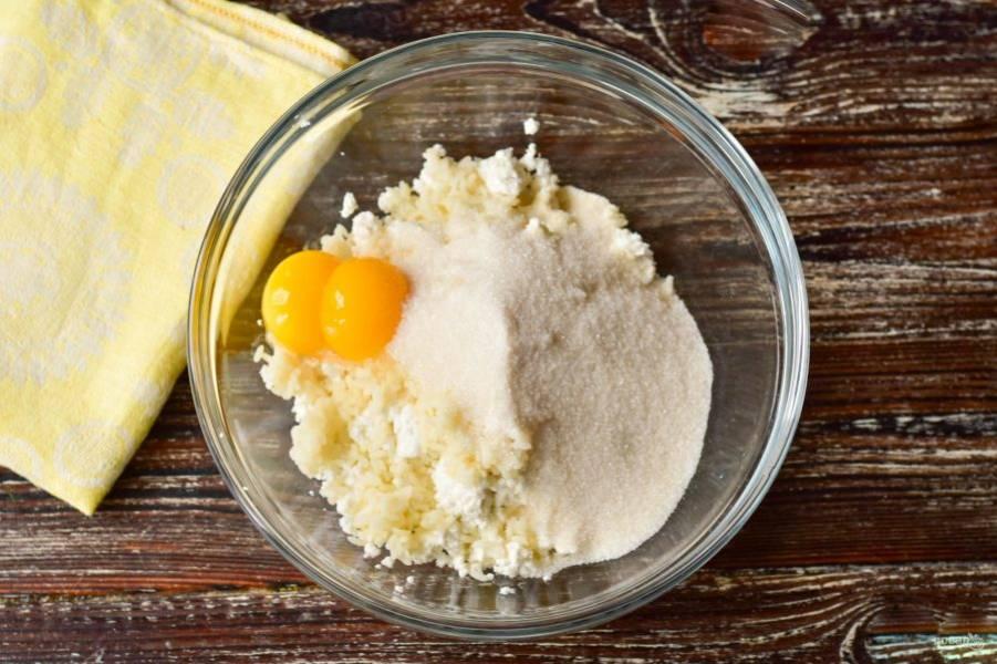 Отделите белки от желтков. Добавьте желтки к предыдущим ингредиентам. Туда же всыпьте сахар (1 ст. ложку оставьте для взбивания белков).