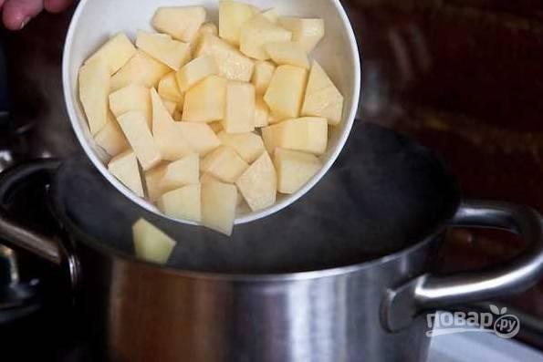 8. Отправьте его в кастрюлю с фасолью.