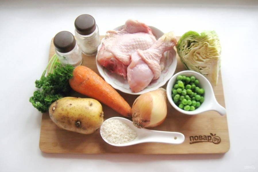 Подготовьте все ингредиенты для приготовления куриного супа с зеленью.