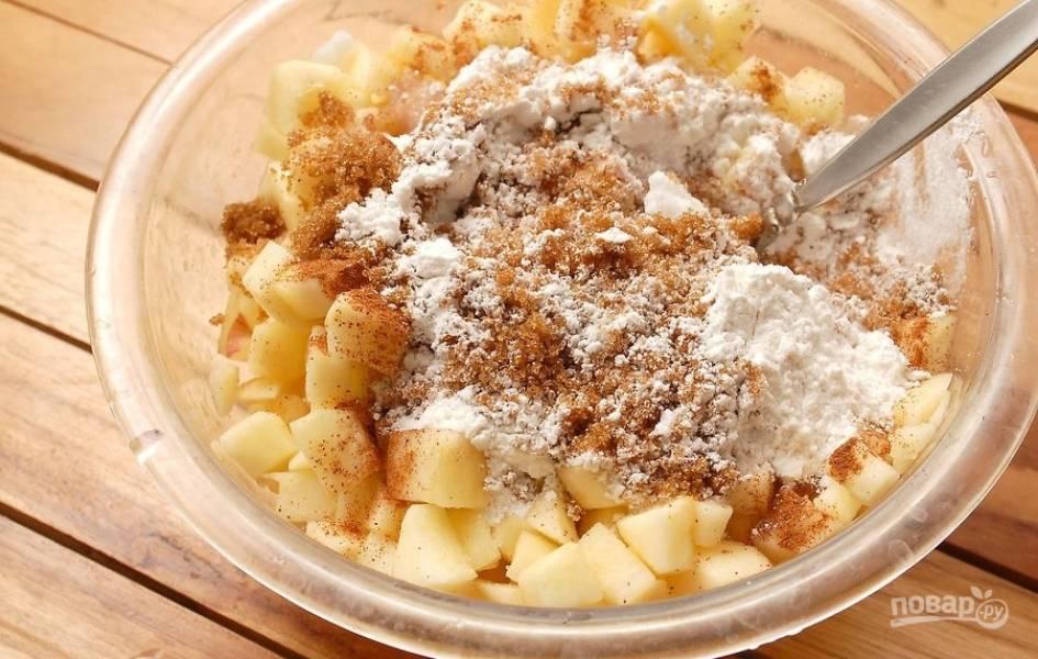 7.Очистите яблоки от кожуры, затем разрежьте пополам и удалите семена, нарежьте яблоки кусочками и переложите в миску. Добавьте к ним белый и коричневый сахар, муку, корицу, специи, влейте лимонный сок, перемешайте все.
