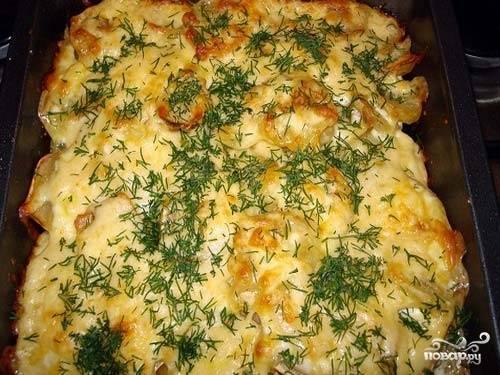 Разогрейте духовку до температуры 175 градусов и положите в нее наше блюдо на 1,5 часа. За 10 минут до того, как блюдо приготовится, нужно посыпать его тертым сыром.  Украсьте зеленью перед подачей.