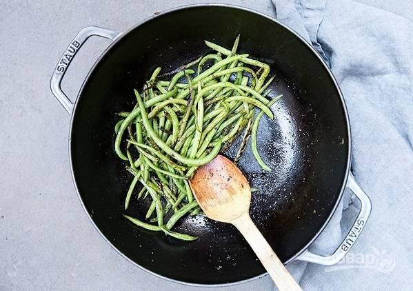 4. На сковороде с разогретым оливковым маслом обжарьте фенхель, снимите с огня и выложите фасоль. Жарьте несколько минут до мягкости.