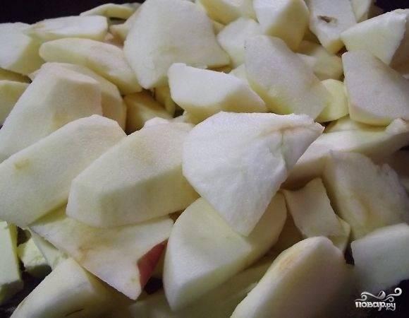 4.Для приготовления начинки масло нарезаем кусочками и отправляем на сковороду. Яблоки моем, очищаем от кожуры, удаляем семечки и нарезаем дольками. Отправляем их на растопленное масло. Тушим около пятнадцати минут. Добавляем к яблокам муку.