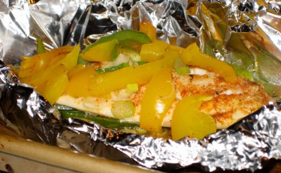 7. Теперь рыбку можно отправить в заранее разогретую духовку на 20-25 минут, а зависимости от размера тилапии. Подавать блюдо можно с любимым гарниром или без него.