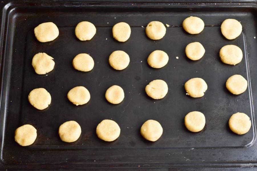 Сформируйте из него печенье круглой формы и выложите его на противень.