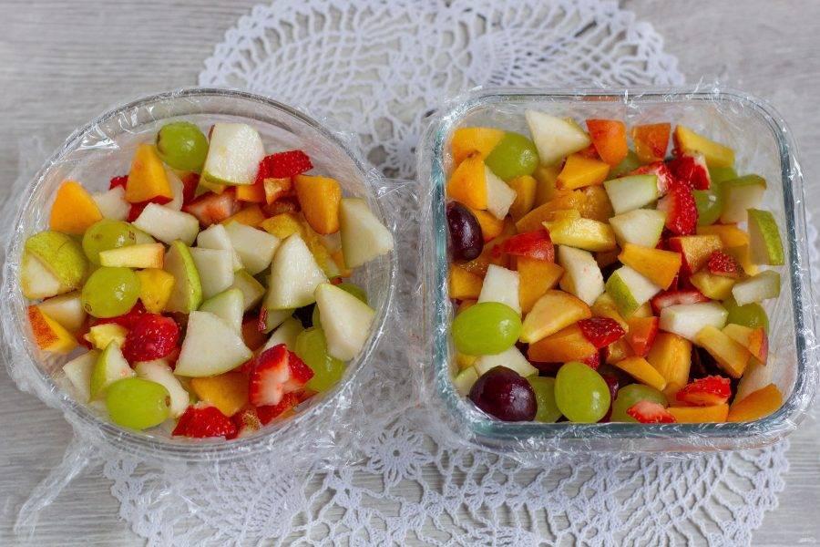 Фрукты и ягоды разложите в емкости.