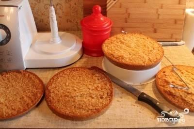 Разрезаем бисквит на коржи. Смазываем их кремом.