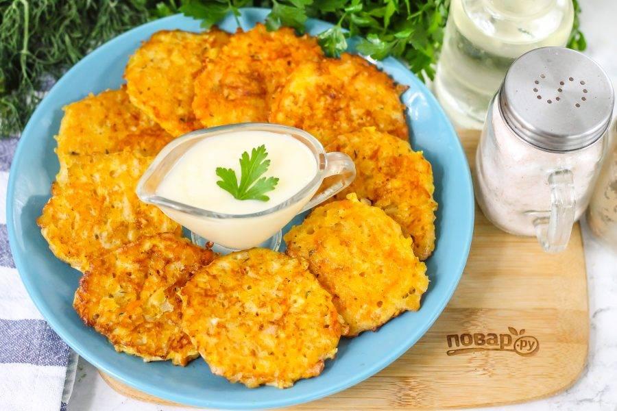 Затем выложите их на тарелку и подайте к столу теплыми вместе со сметаной или чесночным соусом.