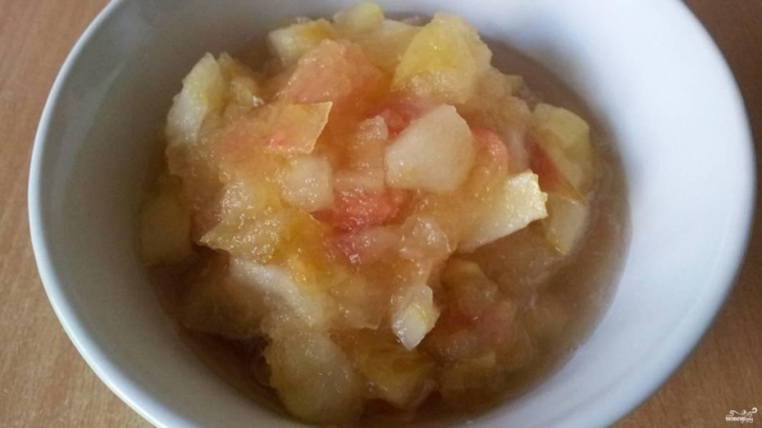 1. В кастрюльке с толстым дном смешаем порезанные яблоки, сахар и воду. Ставим на небольшой огонь и тушим под крышкой 10-15 минут, пока фрукты не станут мягкими.