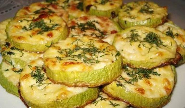 4. В конце можно посыпать блюдо зеленью и добавить чеснок, поставив в духовой шкаф для запекания еще на 5 минут.