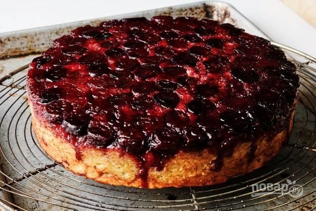 11. Вот такой аппетитный пирог с вишней в духовке в домашних условиях получился в результате. Дайте немного остыть, нарежьте порционными кусочками и подавайте к столу, дополнив по желанию сахарной пудрой, сметаной или йогуртом.  Приятного чаепития!