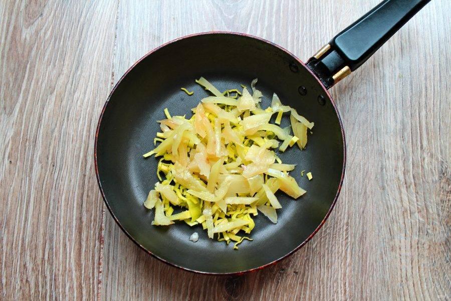 У перца удалите хвостик и семена, порежьте тонкой соломкой и добавьте в сковороду с луком.