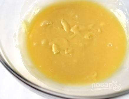 Добавляем мягкое сливочное масло, опять взбиваем-размешиваем до однородности. Поставим в холодильник минут на 10-15.