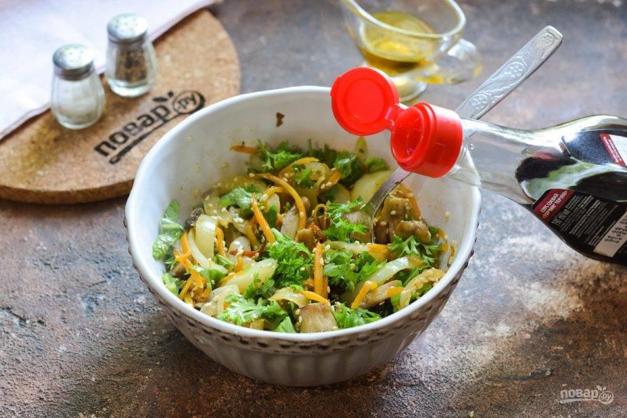 Влейте соевый соус, специи добавьте по вкусу. Перемешайте все и подавайте салат к столу.