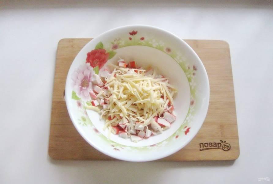 Твердый сыр натрите на терке и добавьте в салат.