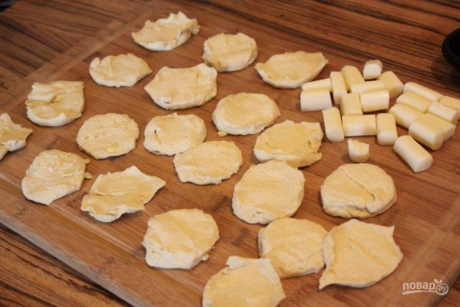 3.Тесто разделите на небольшие шарики и каждый раскатайте в небольшую лепешку.