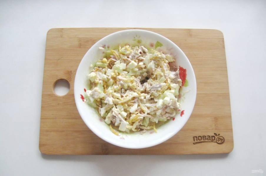 Перемешайте все ингредиенты салата.