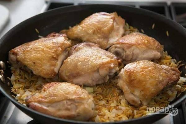5.Выложите мясо поверх пасты кожей к верху.