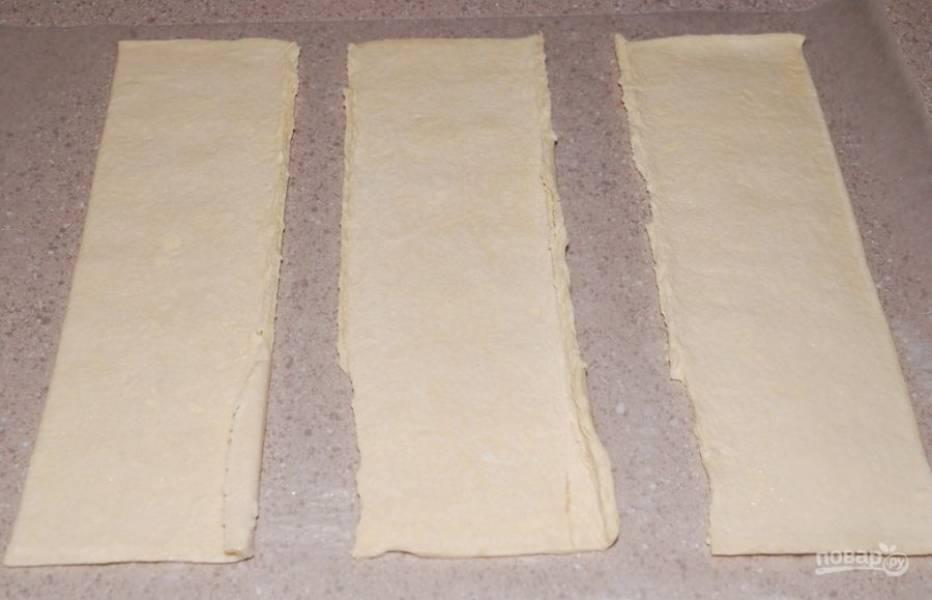 1. Раскатайте лист теста, разделите его на несколько порционных квадратиков.