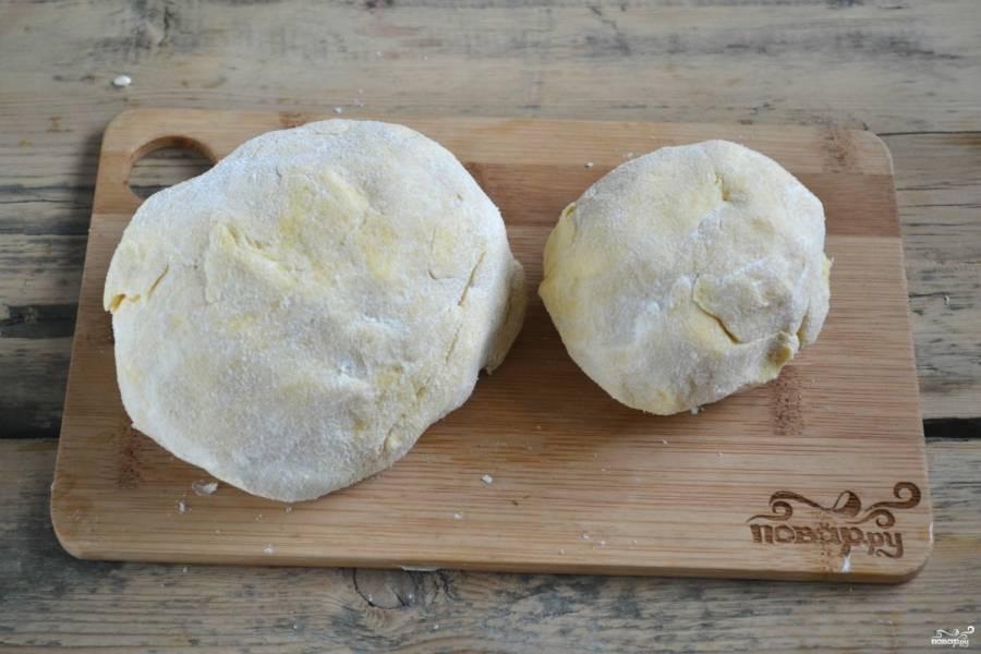 Тесто разделите на две неравные части, заверните в пищевую пленку и отправьте в холодильник, пока будете готовить начинку.