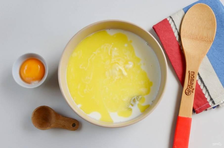 В другой миске соедините жидкие ингредиенты. В молоке растворите соль, сахар, добавьте белок и сливочное масло. Перемешайте хорошо.