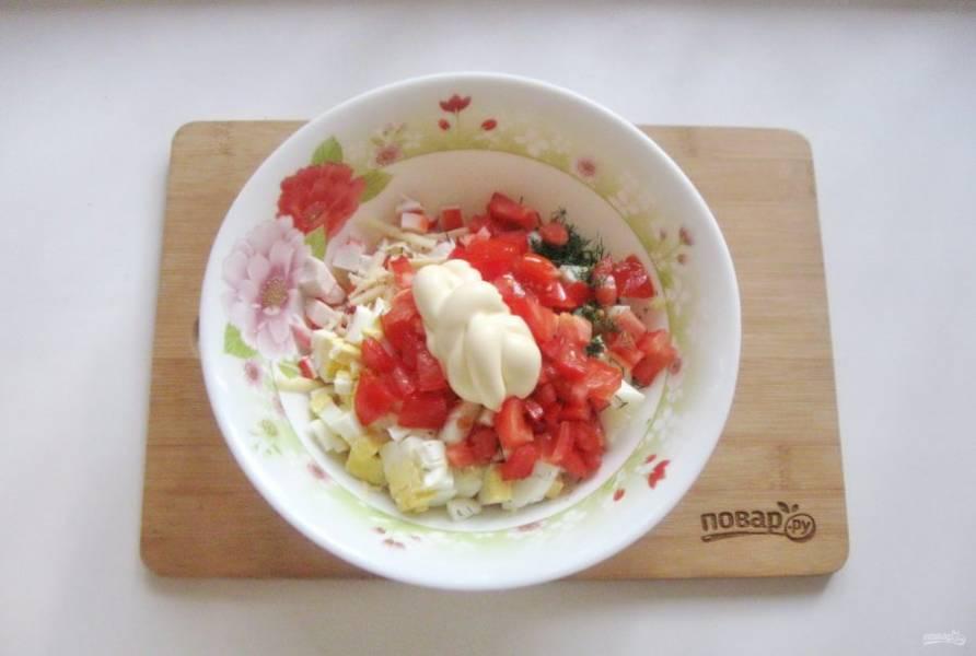 Салат посолите по вкусу и заправьте майонезом.