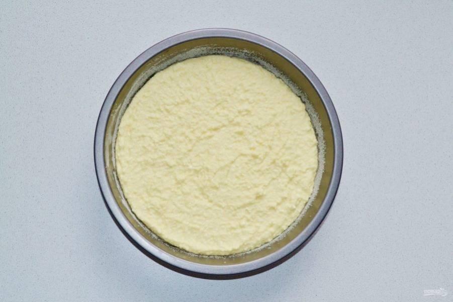 Жаропрочную форму смажьте сливочным маслом и присыпьте мукой. Выложите творожную массу, разровняйте. Отправьте форму в разогретую до 180 градусов духовку.