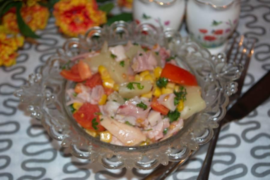 Подаем салат к столу, слегка приправив специями и солью.