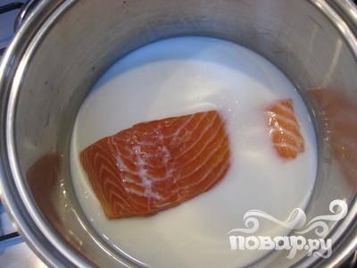 2. Замочить рыбу в молоке в течение 5-7 минут, пока она не станет твердой на ощупь. Очистить и нарезать лук. Достать рыбу из молока и измельчить с помощью вилки. Молоко отложить в сторону для приготовления пюре. Обжарить нарезанный лук в сливочном масле до прозрачности.