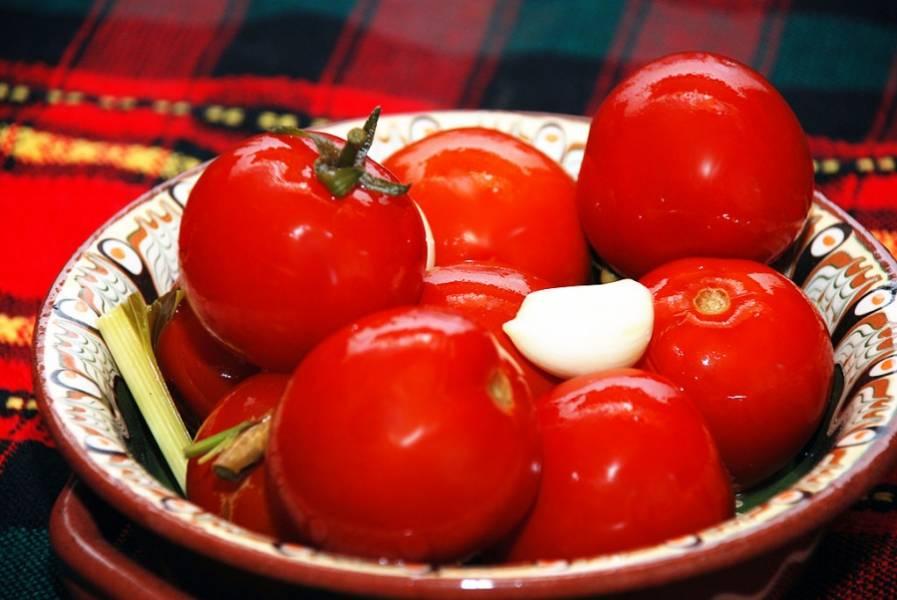 4. Если в холодильнике мало места, банки можно хранить в погребе, на балконе (если на улице холодно) или в подвале. Через указанное время получим вот такие вкусные помидоры!