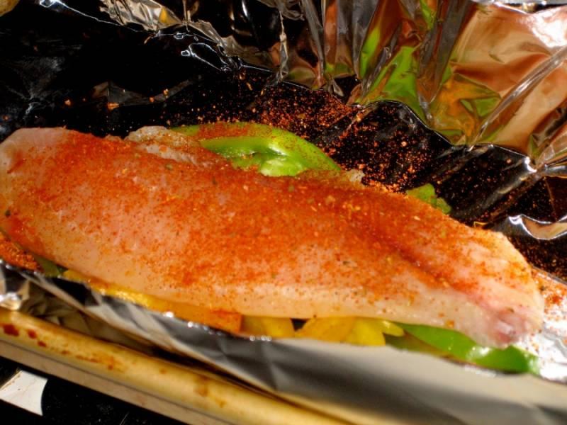 4. Рыбку посолить и поперчить по вкусу. При желании можно добавить любимые специи.