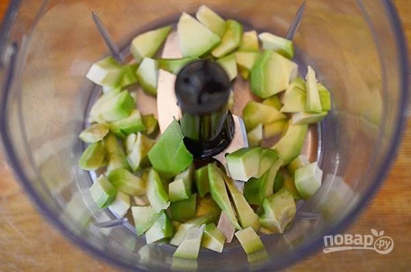 Авокадо почистите, нарежьте кубиком и положите в чашу блендера.